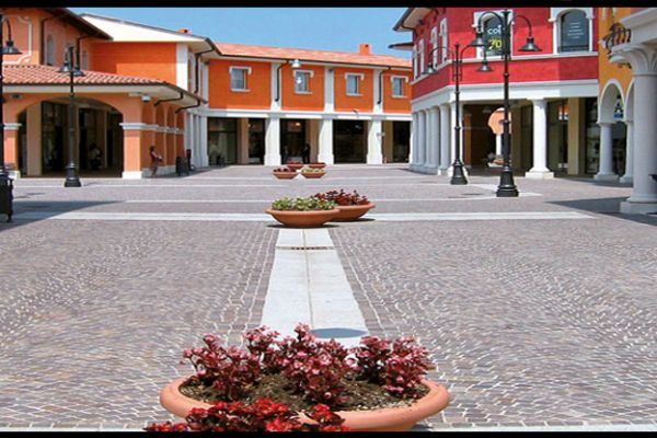italien-mantova-fashion-cubetti-porfido2D4AB405-795A-0E6B-F333-566D09ED3C01.jpg
